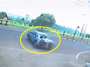 Clip: Tai nạn kinh hoàng khi xe máy lao vào đầu ô tô