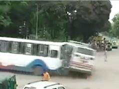 Clip: Xe khách bị tông lật nhào trên đường