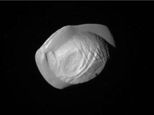 Cận cảnh vệ tinh giống UFO của Sao Thổ