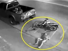 Clip: 2 thanh niên phóng xe máy đâm vào đuôi xe bán tải