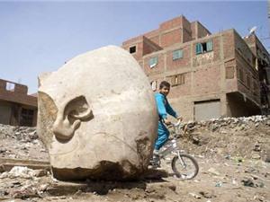 Phát hiện tượng vua  khổng lồ ở khu ổ chuột Cairo, Ai Cập
