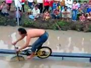"""Clip: """"Chết cười"""" với màn đi xe đạp hài hước nhất thế giới"""
