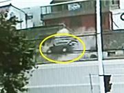 Clip: Lái xe bay lên mái nhà vì… đạp nhầm chân ga