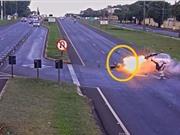 Clip: Bị ô tô đâm phải, xe máy phát nổ trên đường