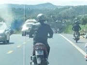 """Clip: Chạy xe Nouvo """"liều mạng"""" thách thức ôtô ở Lâm Đồng"""