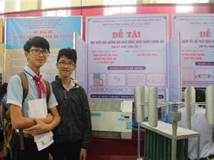 Hai học sinh lớp 9 chế tạo máy điều hòa xanh từ năng lượng gió