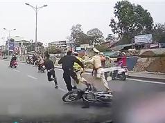 Clip: Nam thanh niên lạng lách, chống đối cảnh sát rồi bỏ chạy