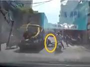 Clip: Nữ sinh may mắn thoát chết trên đường