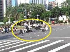 Clip: Vượt đèn đỏ với tốc độ chóng mặt, gây tai nạn thảm khốc
