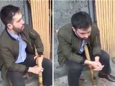 """Clip: """"Chết cười"""" với cảnh người nước ngoài say thuốc lào Việt Nam"""