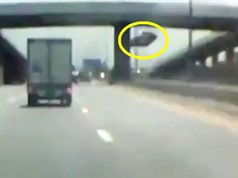 Clip: Xe hơi rơi từ cầu vượt xuống đường