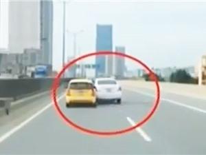"""Clip: Lái xe tạt đầu """"dằn mặt"""" đối phương trên đường Hà Nội"""