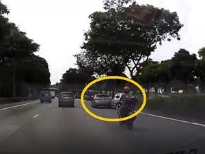 Clip: Không làm chủ được tốc độ, chiếc Mazda tông thẳng vào xe Hyundai