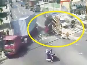 Clip: Xe container mất thắng gây tai nạn liên hoàn