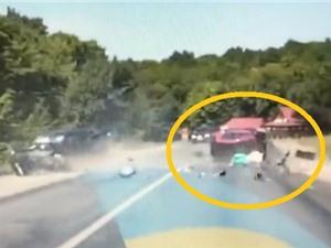 Clip: Xe hơi mất lái, người phụ nữ tử vong tại chỗ