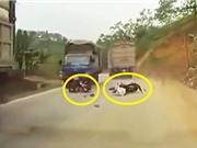 """Clip: Gặp tai nạn vì lái xe máy vượt xe tải kiểu """"tự sát"""""""