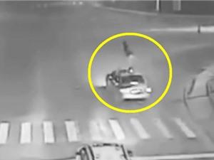 Clip: Đang qua đường, người phụ nữ bị ôtô nhào lộn trên không