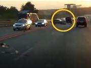Clip: Chiếc ô tô trả giá vì đột ngột qua đường