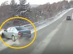 Clip: Chiếc ô tô lật nhào vì mất lái, đâm vào lan can đường