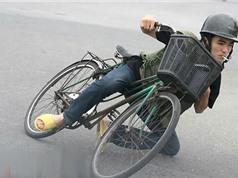 """Clip: Màn đua xe đạp siêu hài hước của các """"sửu nhi"""""""