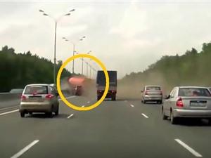 Clip: Xe bồn thủng lốp giữa đường cao tốc, gây tai nạn thảm khốc