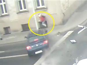 Clip: Xe hơi tông nhau, người phụ nữ vẫn thoát chết ngoạn mục