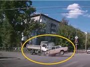 Clip: Không làm chủ được tốc độ, ô tô gây tai nạn kinh hoàng