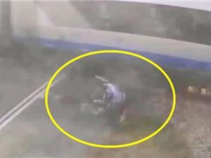 Clip: Đạp xe va trúng tàu hoả, người đàn ông bất tỉnh tại chỗ