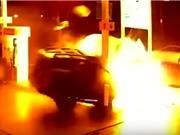 Clip: Taxi tông cây xăng bốc cháy, 2 người trên xe vẫn sống sót
