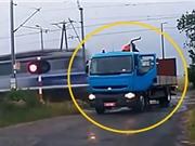 Clip: Xe tải trả giá vì đỗ trên đường ray xe lửa