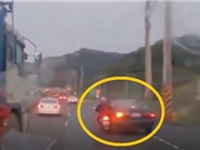 Clip: Người đàn ông suýt bị xe ben cán sau khi bị ô tô đâm