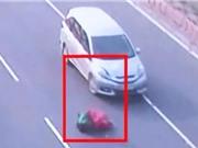 Clip: Qua đường sai nơi quy định, người phụ nữ bị xe ôtô tông