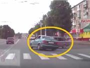 Clip: Ô tô vượt đèn đỏ, gây tai nạn thảm khốc