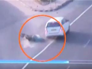 Clip: Ôtô mất lái, tông xe máy ngã sõng soài