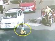 Clip: Bé trai chạy xe đồ chơi ngược chiều gây náo loạn trên đường