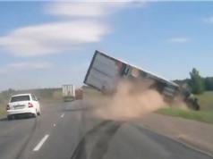 Clip: Xe container ngã nhào sau khi va chạm với xe hơi