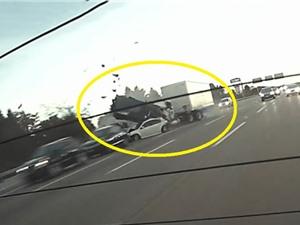 Clip: Xe container tông hàng loạt xe hơi trên đường