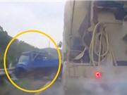 Clip: Xe tải thủng lốp, bị xe trộn bê tông đâm lật nhào