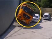 Clip: Lùi xe bất cẩn, xe ben cán nát ô tô