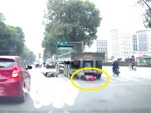 Clip: Chui gầm xe tải ở Hà Nội, người thanh niên vẫn sống sót