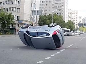 Clip: Vượt đèn đỏ, xe hơi bị tông lật nhào trên đường