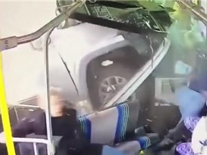 Clip: Ôtô mất lái, tông thẳng vào xe bus