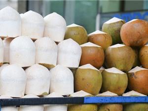 """Clip: Những """"tuyệt chiêu"""" gọt dừa nhanh nhất hành tinh"""