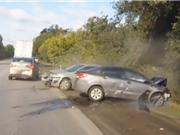 Clip: Xe hơi mất lái, gây tai nạn liên hoàn