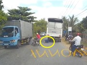 Thanh niên chui gầm xe tải ở Hà Nội, xe ben cán nát ôtô
