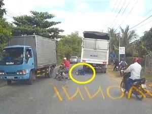 Clip những tai nạn ghê rợn nhất tuần: Thanh niên chui gầm xe tải ở Hà Nội, xe ben cán nát ôtô