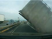 Clip: Xe tải rơi trục sau, lật nhào trên cầu