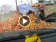 Clip: Xe tải lao lên lề đường, trút cả thùng gạch lấp kín xe hơi