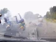 Clip: Xe tải tông ôtô; 1 người chết, 4 người bị thương nặng