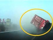 Clip: Va chạm trên đường cao tốc, xe container đè nát 2 ô tô